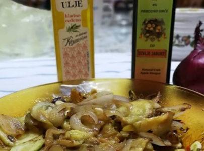 Salata sa tikvicama, lukom i 3 vrste hladno ceđenih ulja